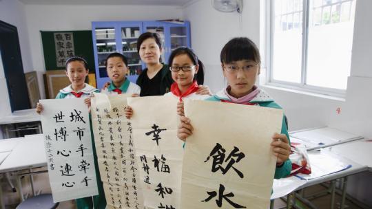 De mooiste kalligrafieën worden verzameld voor de kalligrafiewedstrijd aan het eind van het schooljaar