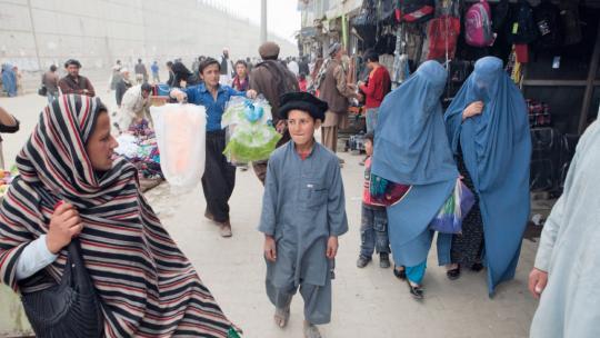 Noor doet boodschappen in Kabul.