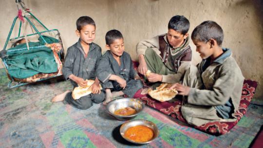 Op school krijgt Noor eten, dat deelt hij thuis uit.