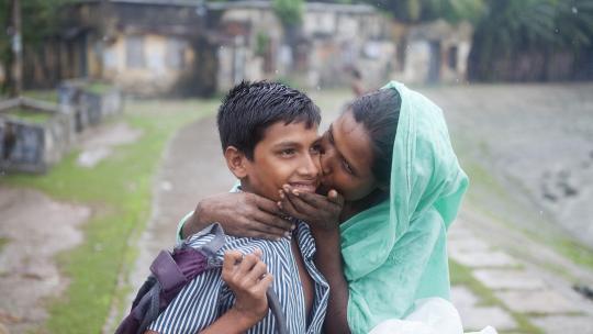 """De moeder van de jongens is zó blij dat haar zonen weer veilig thuis zijn, dat ze hen overlaadt met kussen.. """"Ik heb jullie lievelingstoetje gemaakt: geprakte mango met rijst en melk."""""""