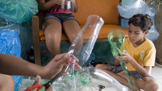 Brenda (11) en Icaro (9) maken in Fabio's atelier een eigen beest.