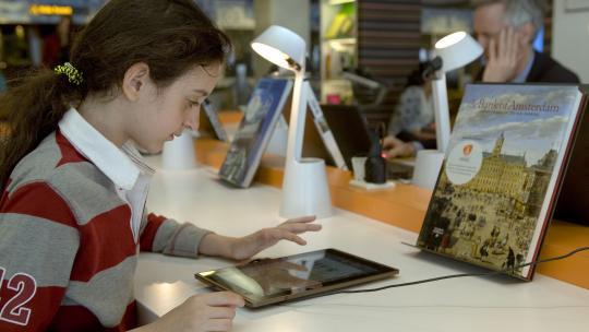 In haar handbagage heeft Reem alleen haar iPad.