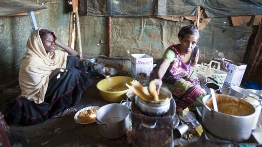 Mariam (links) wacht op haar dagelijkse bord spaghetti.