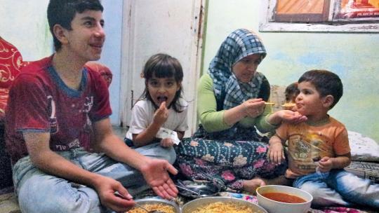 Ahmads moeder maakte een gevaarlijke reis door oorlogsgebied om de winterkleding uit Syrië op te halen. Gelukkig is ze weer heelhuids terug.