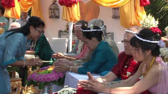 Huwelijksceremonie in Wat Dhammapateep te Mechelen in België.