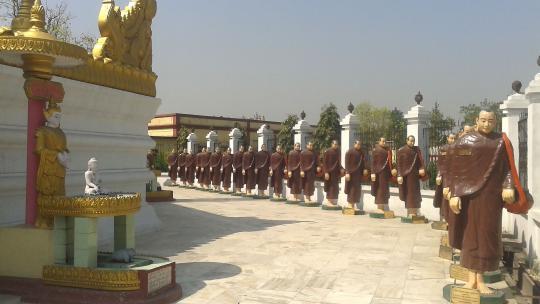 Boeddha is in de plaats Kushinagar in India gestorven en volgens boeddhisten heeft hij hier na zijn dood het volkomen geluksgevoel (pari-nirvana) bereikt.