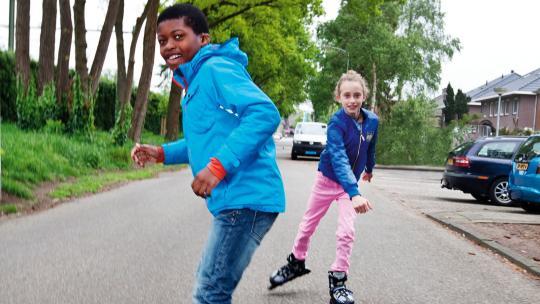 Kiki houdt van skaten, Marillio pakt liever zijn skateboard.