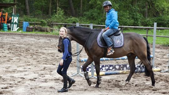 dit is de eerste keer dat hij op de pony van Kiki rijdt.