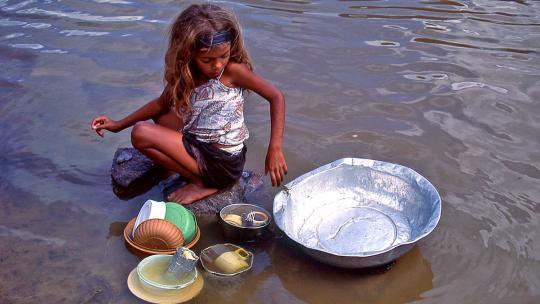 Brazilië is een van de landen met het meeste zoete water in de wereld. Het is ook een modern land. Toch hebben miljoenen mensen nog steeds geen stromend water thuis. Vooral in droge gebieden en in de Amazone komt dat veel voor. In die streken zie je vaak dat moeders staand in de rivier met de hand de kleren wassen. De afwas gaat ook in de rivier. Maar dat is vaak een klusje voor de kinderen.