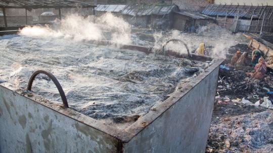 In een leerlooierij worden vaak gevaarlijk chemische stoffen gebruikt.
