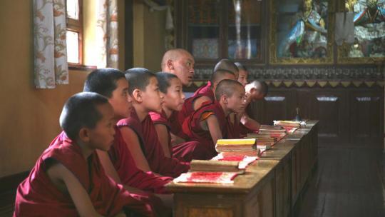Deze boeddhistische monniken krijgen onderwijs in het klooster in Nepal.