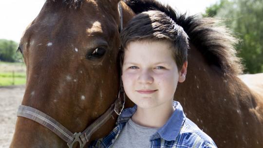 Een van zijn hobby's is paardrijden.