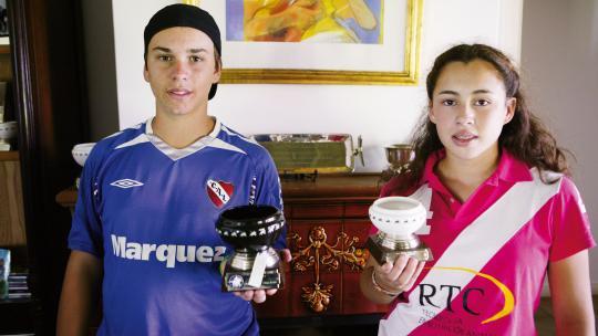 Pilar en haar neef Eugenio (14) winnen vaak een beker bij een polowedstrijd.