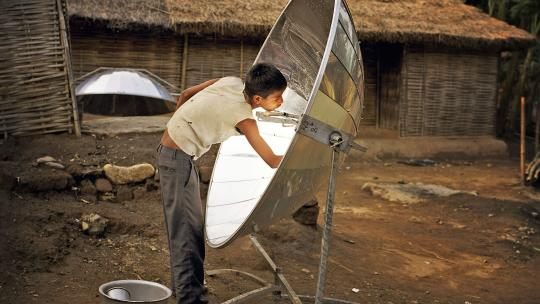In Nepal koken sommige families met een oven op zonne-energie.