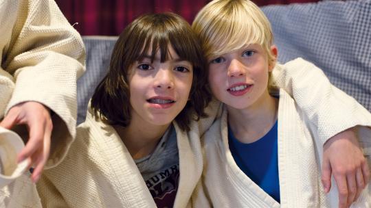 Ravi en zijn vriend Louis krijgen judoles.