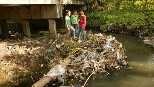 Bij dit beekje in Nicaragua dumpen bewoners hun vuilnis.