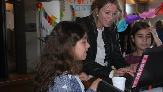 Hoofdredacteur Mirjam helpt leerlingen met de ReportersClub.
