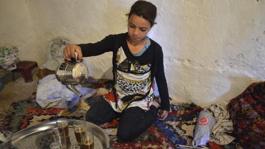 Hafida schenkt thee in.