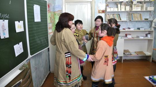 Op school leren de leerlingen ook de oude volksdansen.