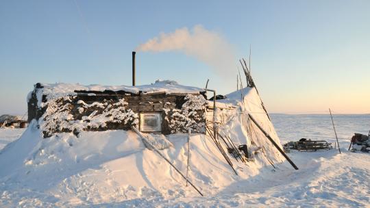 Herders die nog over de toendra trekken, wonen in hutten zoals deze.