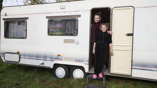 Sharon woont in een circus en slaapt in een woonwagen.