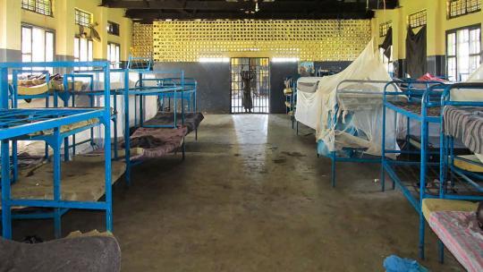 De kinderen slapen in de gevangenis op zalen.
