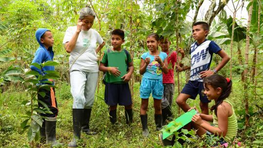 Op school verbouwen de leerlingen groenten en fruit voor alle dorpsbewoners.