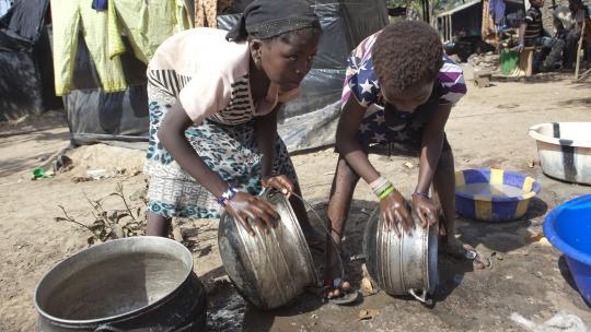 Ntekouma en Aminata werken als keukenhulp in het restaurantje van Aminata's vader.