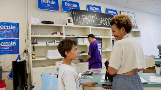 Aidan en zijn moeder op het verkiezingskantoor van Bernie Sanders.