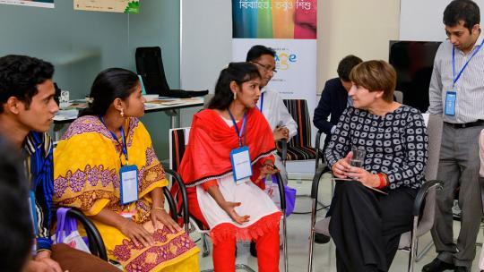 In Bangladesh sprak minister Ploumen over kindhuwelijken.
