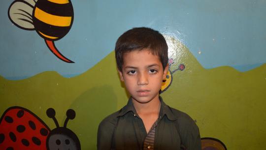 Amchat (9) uit Pakistan werkt met zijn vader op de markt.