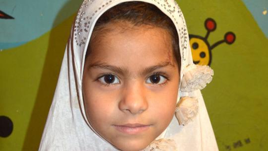 Laiba (7) uit Pakistan kan razendsnel kralen op jurken borduren.