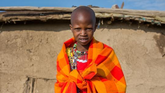Jongens en meisjes van de Masai scheren hun haar kort.