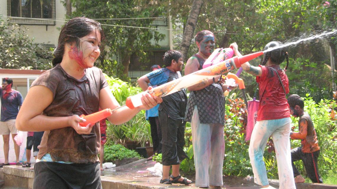 Devyani speelt holi