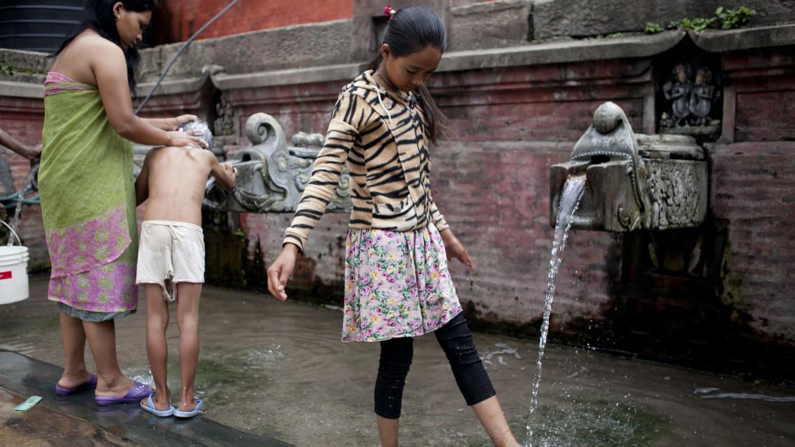 Voor het tempelbezoek wast Sanu (12) zich eerst.