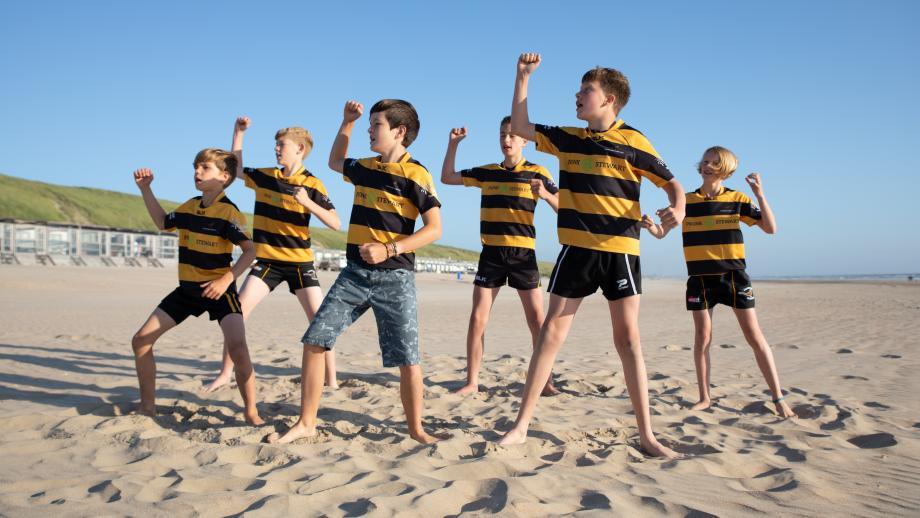 De rugby-trainer van Sem is Maori en leert het team een Haka.