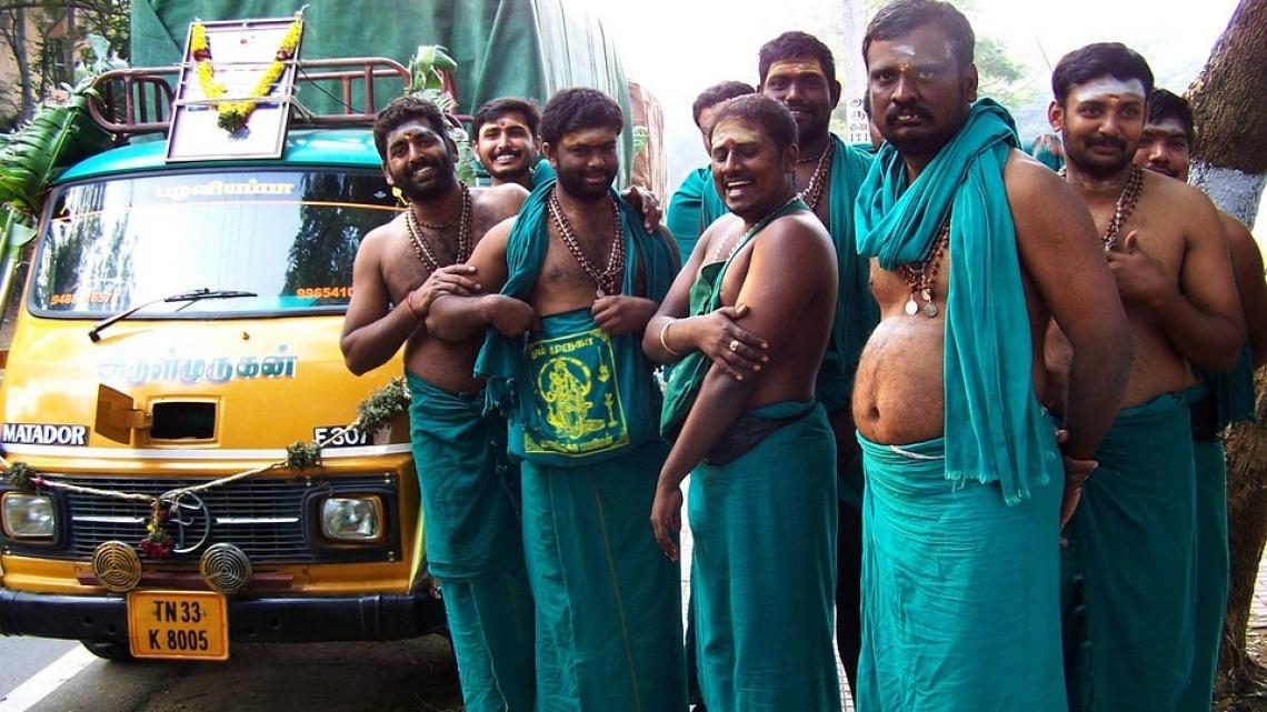 Hindoe pelgrims gaan op bedevaart naar een heilige plek.