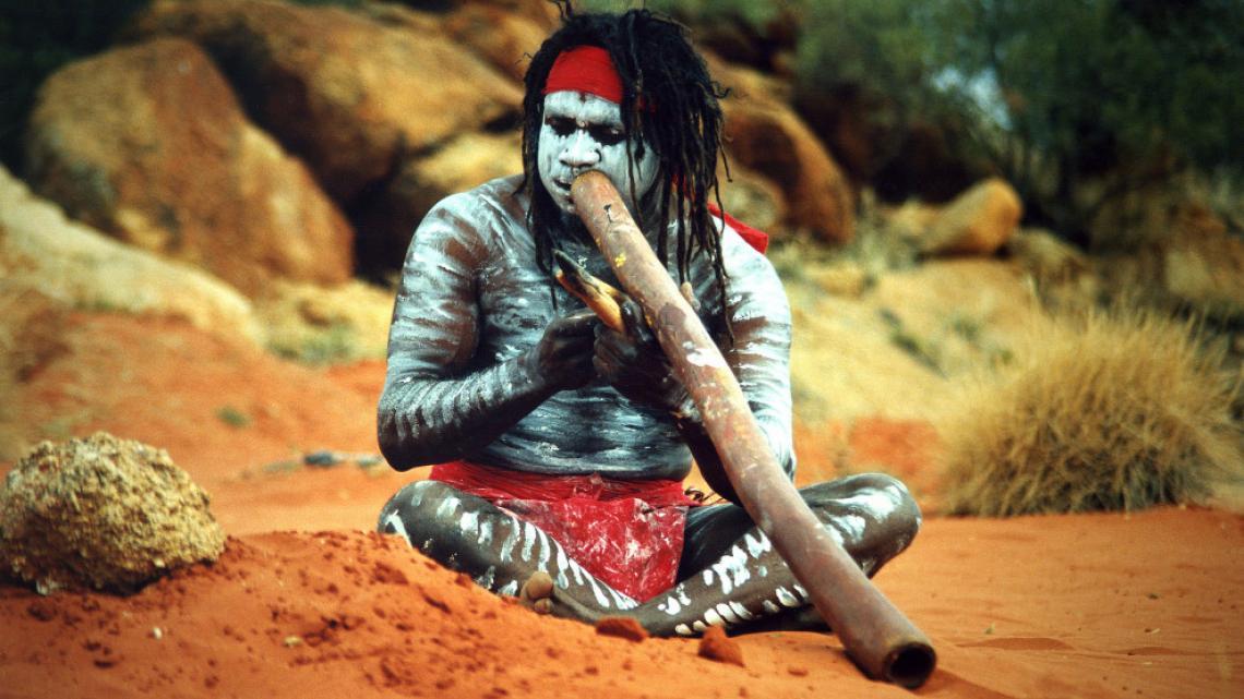 Tijdens het vertellen van droomtijdverhalen wordt er ook op didgeridoo gespeeld.