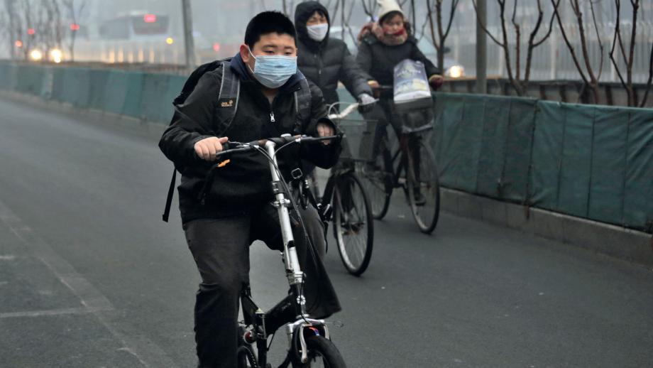 Ma Xin fietst door de smog naar school.