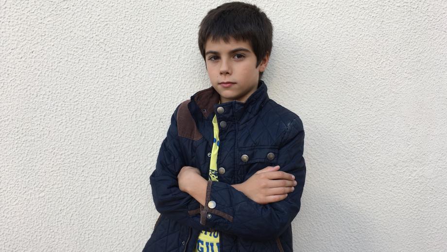 De Spaanse Julian uit Barcelona kreeg voor zijn eerste communie speelgoed cadeau, maar niet zoveel als andere katholieke kinderen.