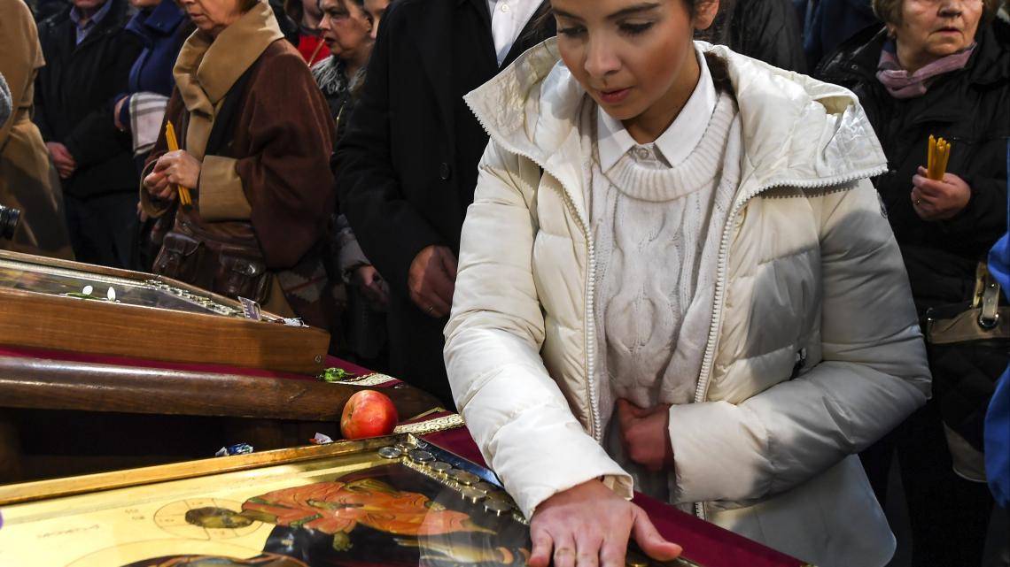 Iconen aanraken in een orthodoxe kerk tijdens Kerstnacht