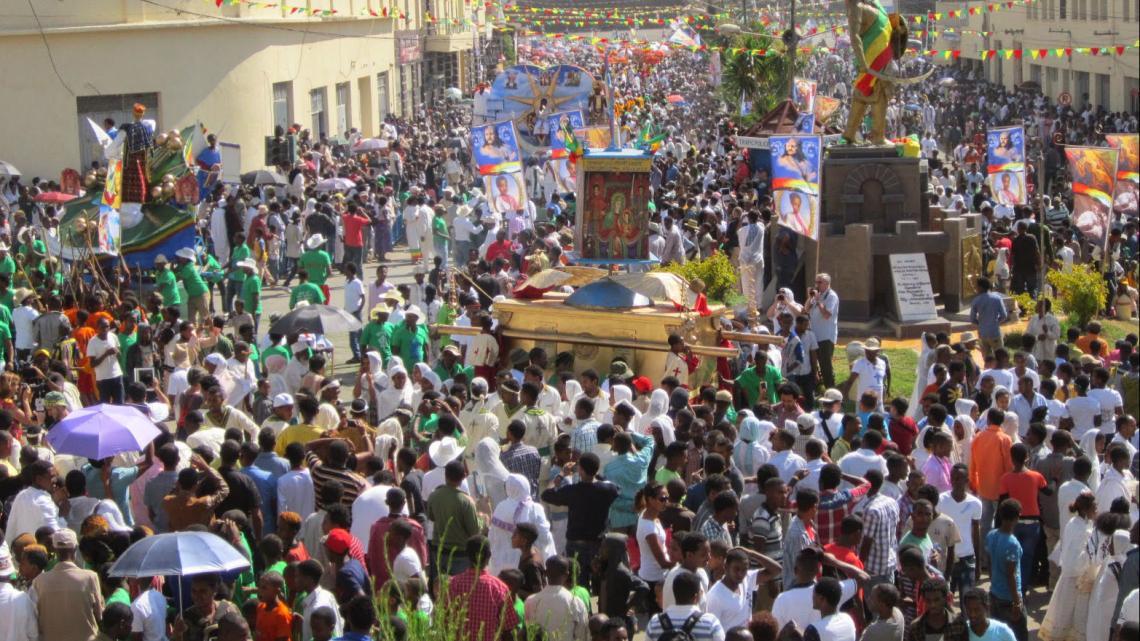 Door de straten van het Ethiopische stadje Gondar loopt een optocht met een namaak van de Ark van het Verbond.