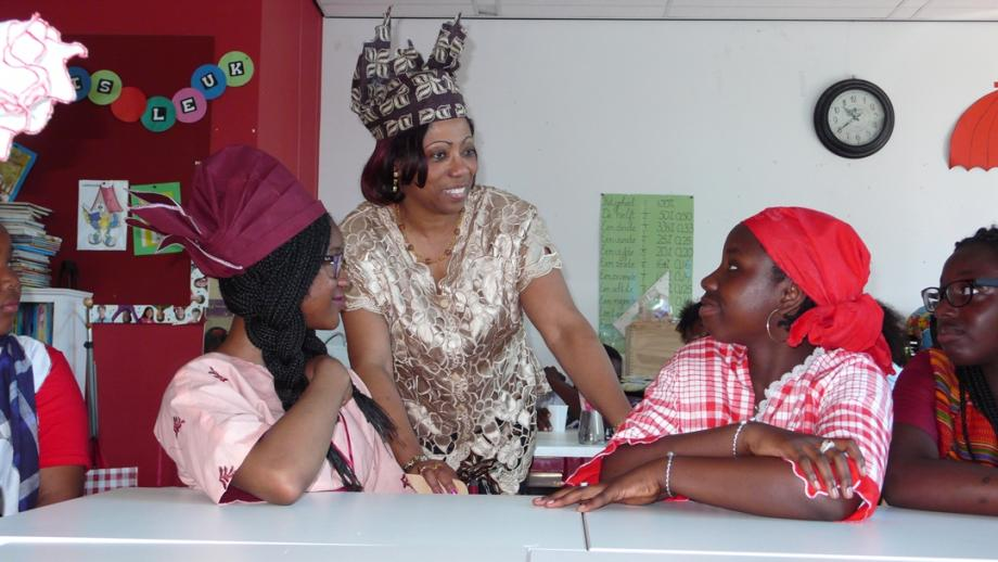 Op de school van Gwenneth gaat het op 1 juli over slavernij. De leerlingen én juf Rita zijn in traditionele kleding naar school gekomen.