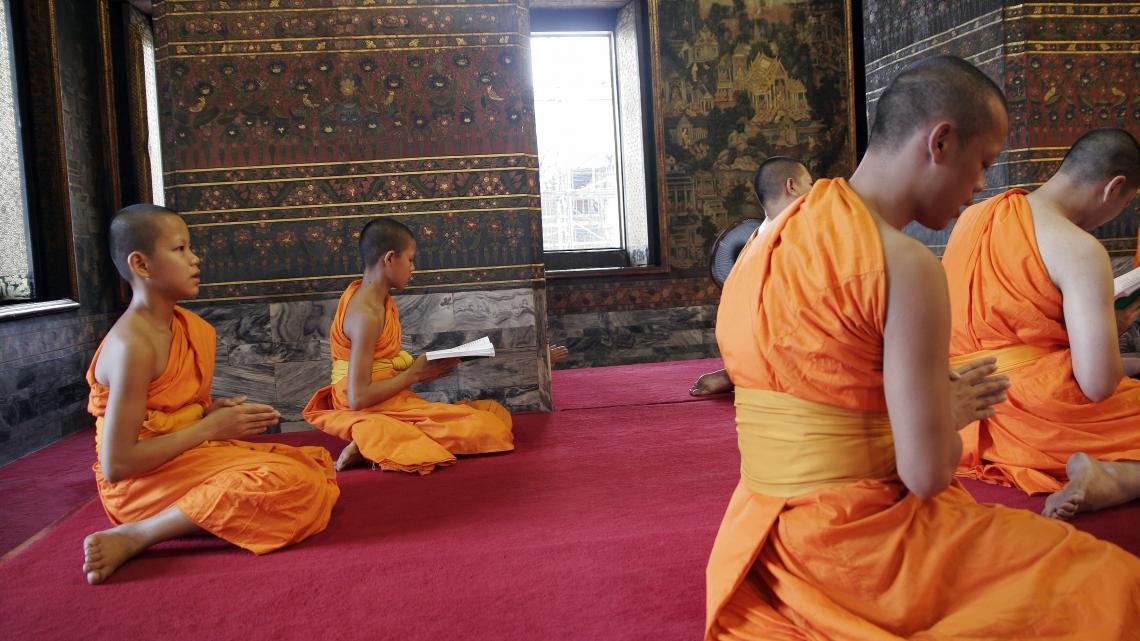 Kitsana (helemaal links) is leerling monnik in de Wat Pho, de meest druk bezochte tempel in Bangkok (Thailand).