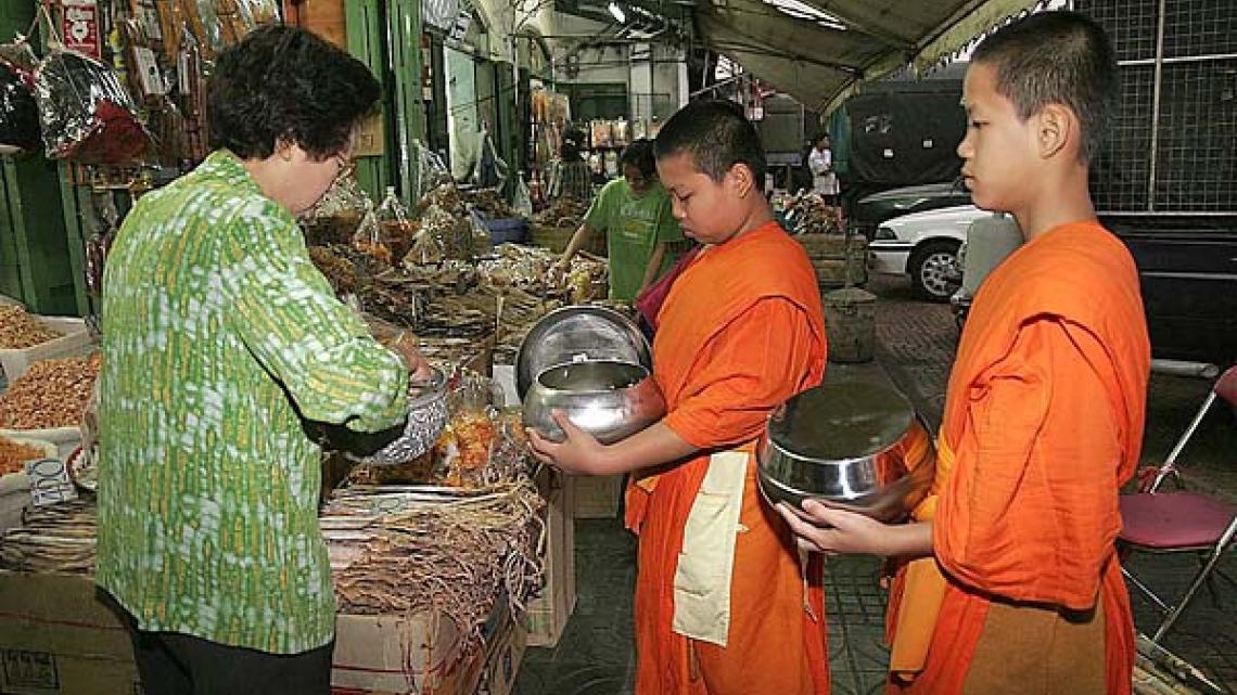 Kitsana (11) woont in een klooster en gaat elke ochtend met zijn bedelnap op pad. Gelovigen de monniken voedsel.