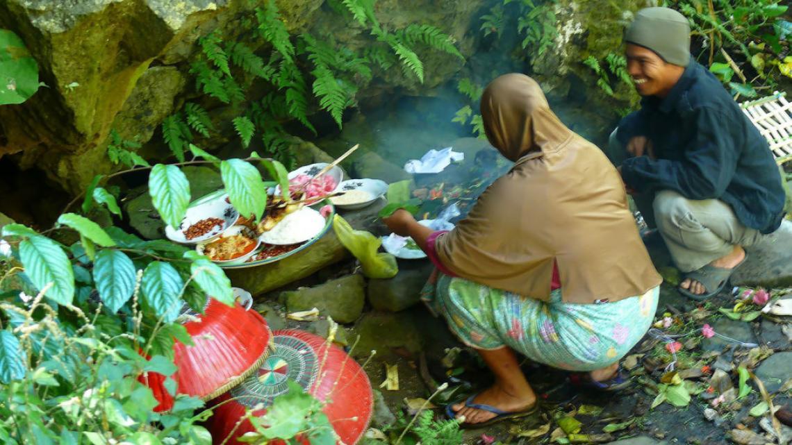 In Maleisië offeren gelovigen eerst voedsel aan bovennatuurlijke krachten in het bos voordat ze zelf gaan eten.
