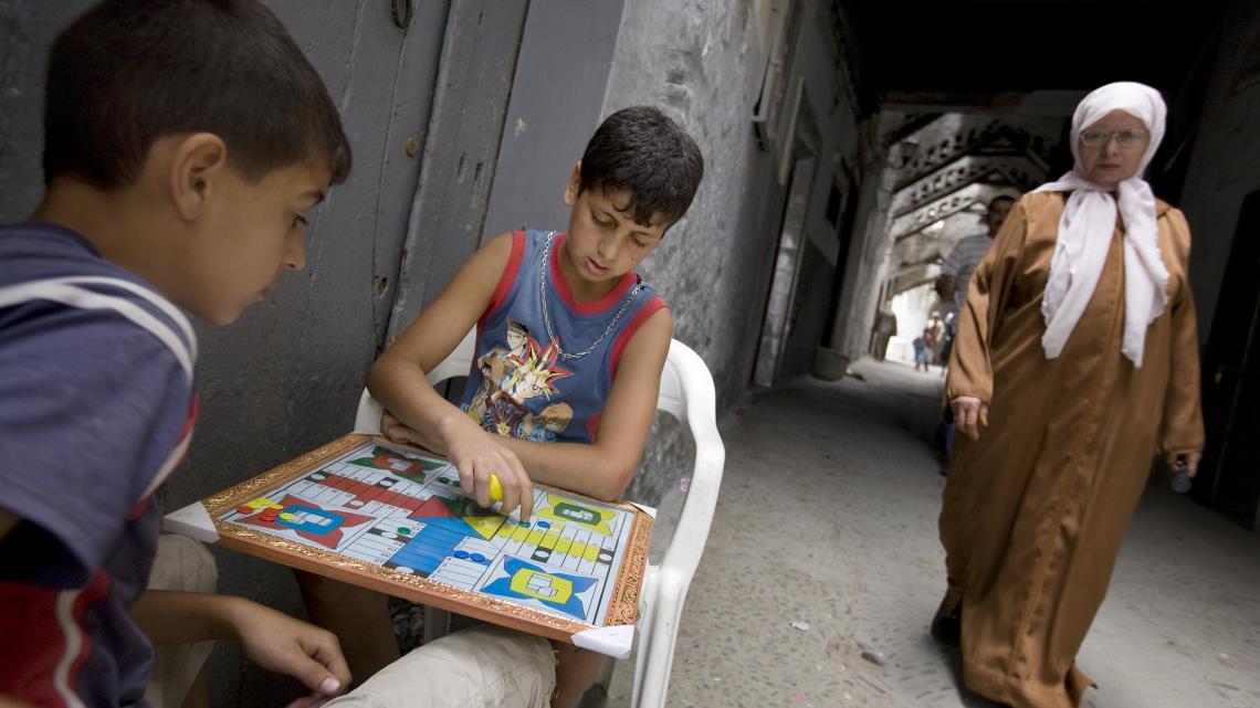 In de oude binnenstad van Tetouan (Marokko) spelen Hamza en Ayoub pachisi.