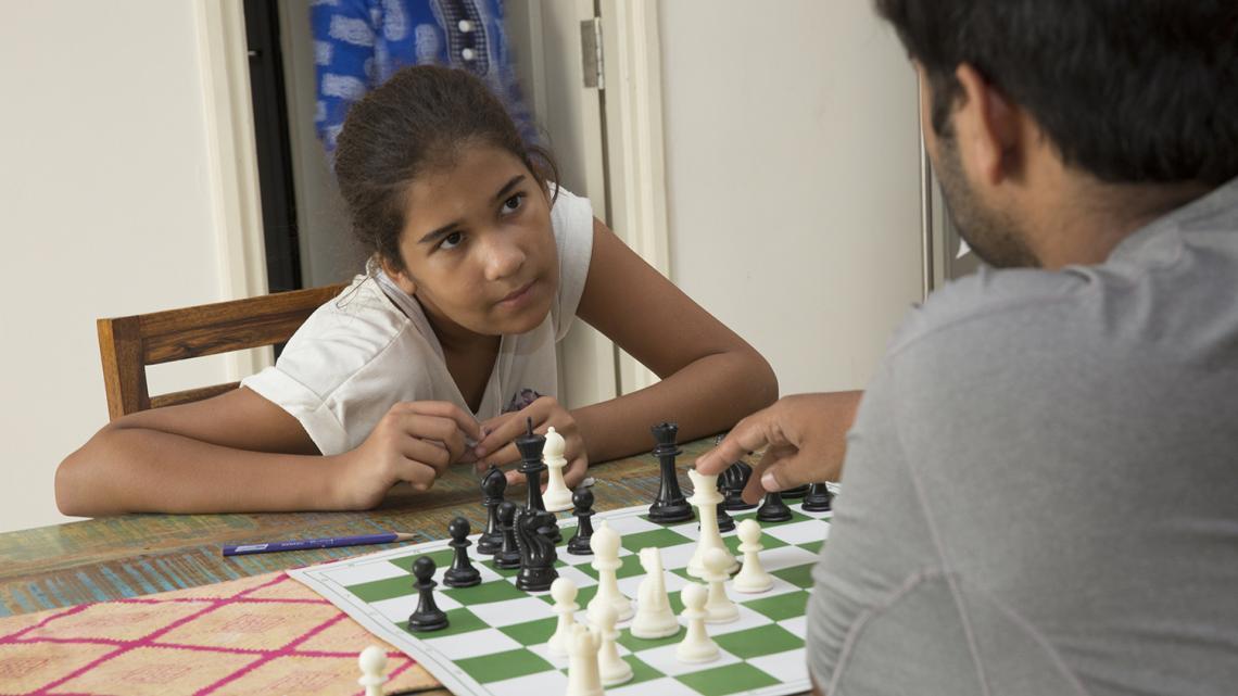 Gia uit New Delhi (India) speelt graag een potje schaak.