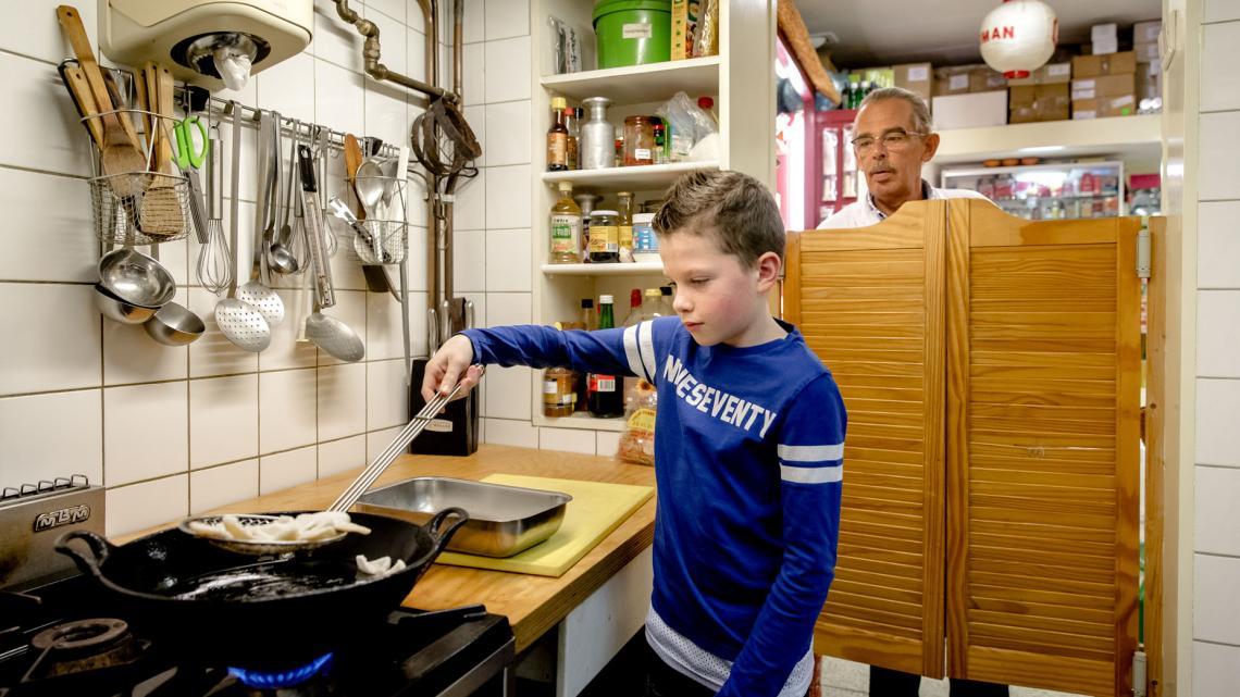 Tom baktkroepoek in een wadjan. Dat is Indonesisch voor wok.