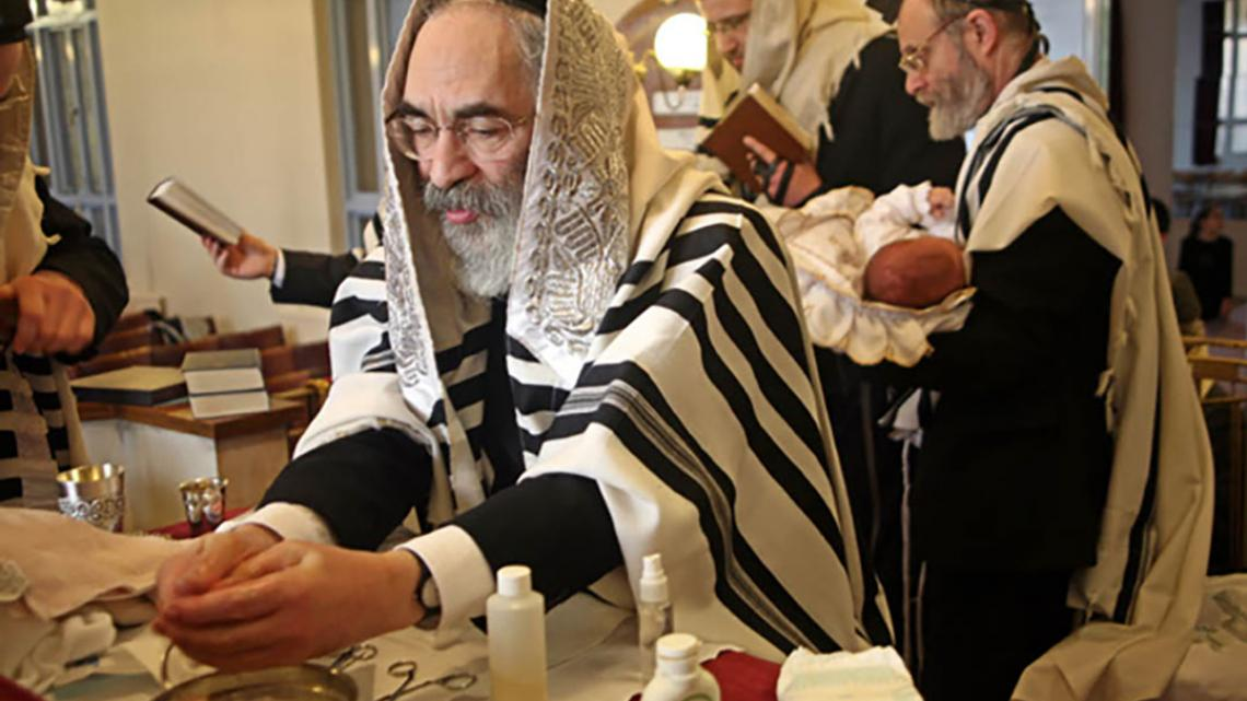 Besnijdenis van een joods jongetje.